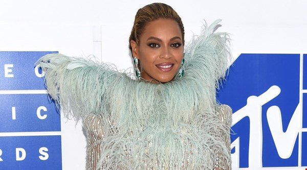 Beyonce just owned the MTV VMAs red carpet with Blue Ivy