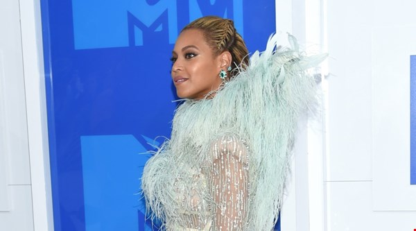 Beyonce's MTV VMAs dress: fans think it looks like everything from a dead parrot to a Furby
