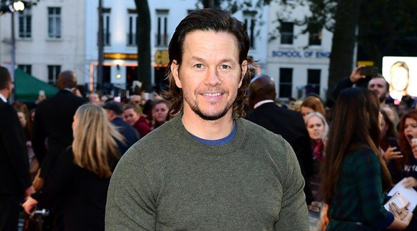Mark Wahlberg dresses down for Deepwater Horizon premiere