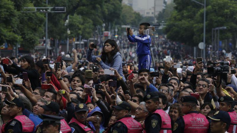 Fans Bid Farewell to Singer Juan Gabriel at Mexico City Wake