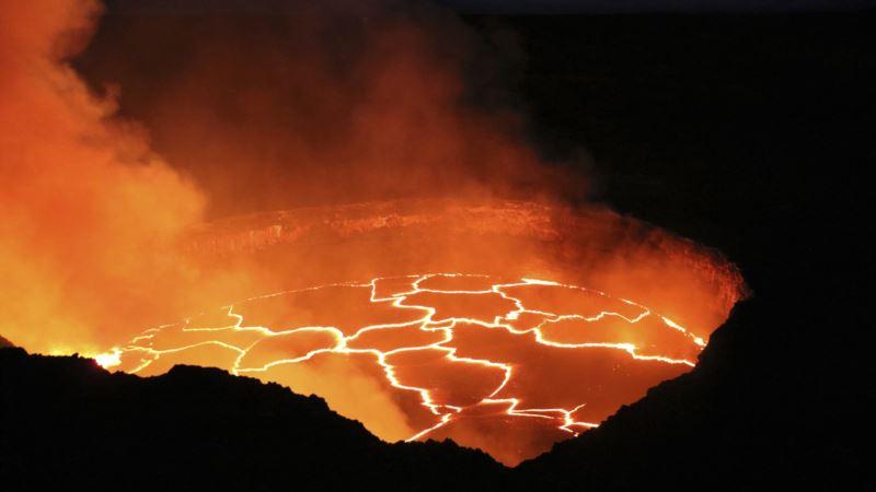 Gurgling Lava Splashes Up Hawaii Volcano Walls in Rare Video