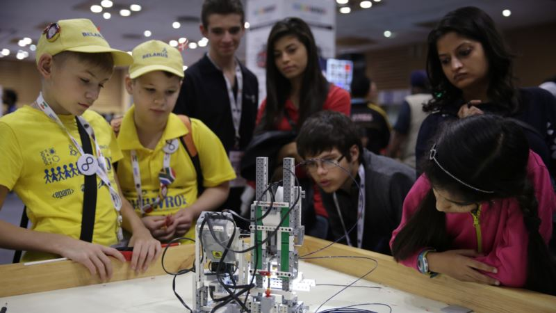 World Students Face off in Robot Games in India