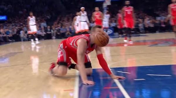 This glorious NBA blooper is so bad it's mesmerising