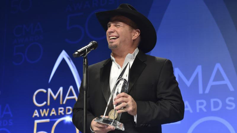 Garth Brooks Wins Top Prize, but Beyonce Takes Country Music Awards' Center Stage