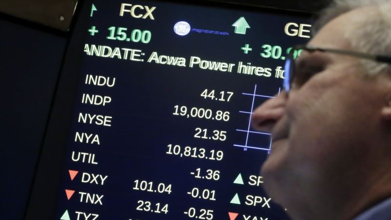 Wall Street Extends Record Streak, Dow Breaks 19,000 for 1st Time