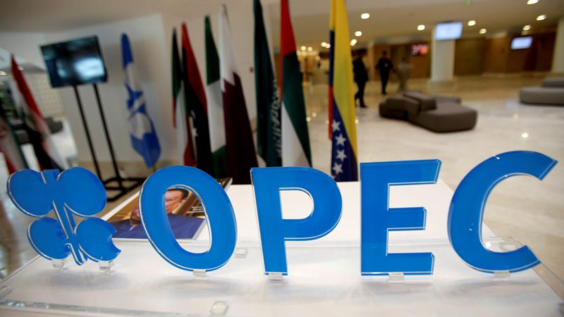 Russians, Saudis Confident Deal Will Cut Oil Output