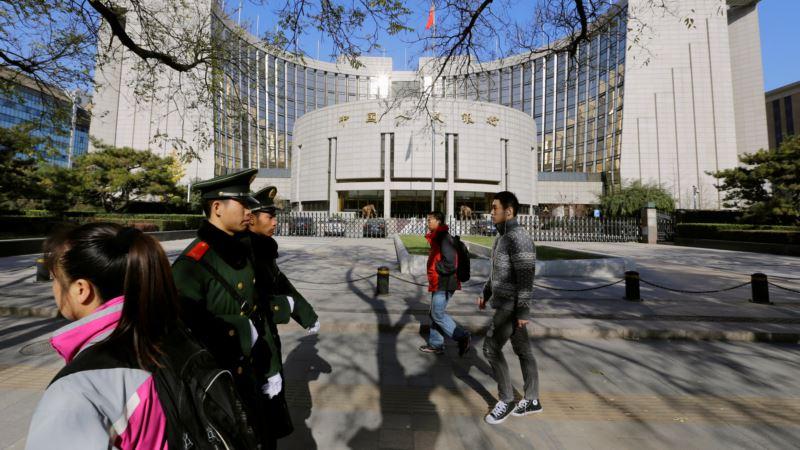 China Lets Yuan Drop Before Uncertainties of Trump Era