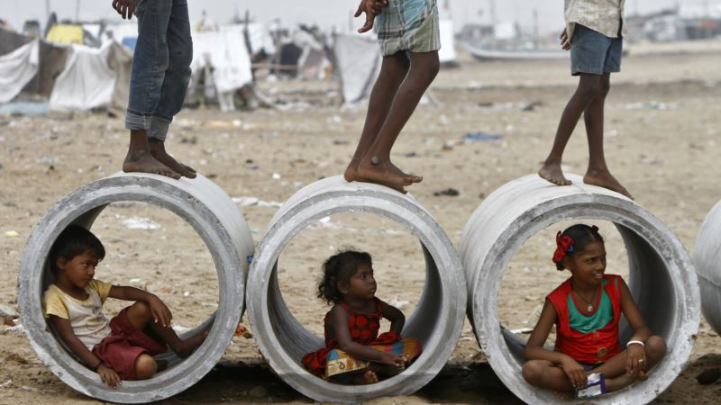 Indian Slum Dwellers Pushed to City Fringes Face Leaking Pipes, Lost Jobs