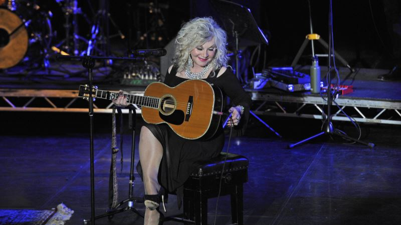 Stella Parton Pays Tribute in UK to Big Sister, Dolly