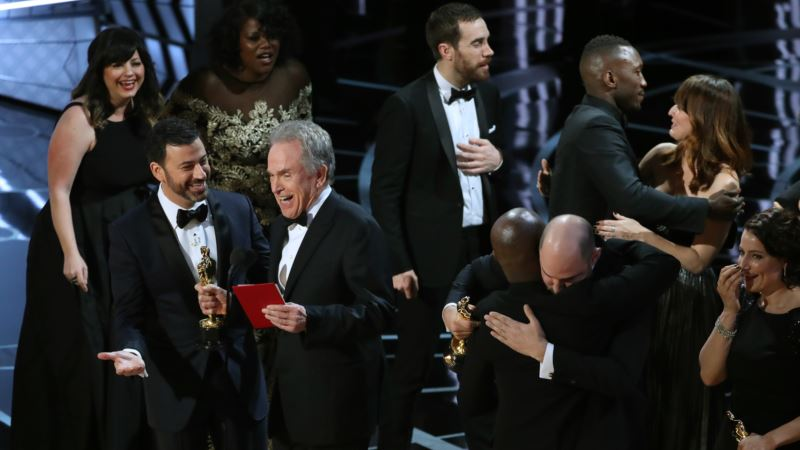 'Moonlight' Upsets 'La La Land to Take Top Oscar Prize – Best Picture