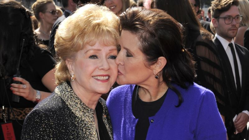 Fans Gather at Public Memorial, Celebrate Carrie Fisher, Debbie Reynolds