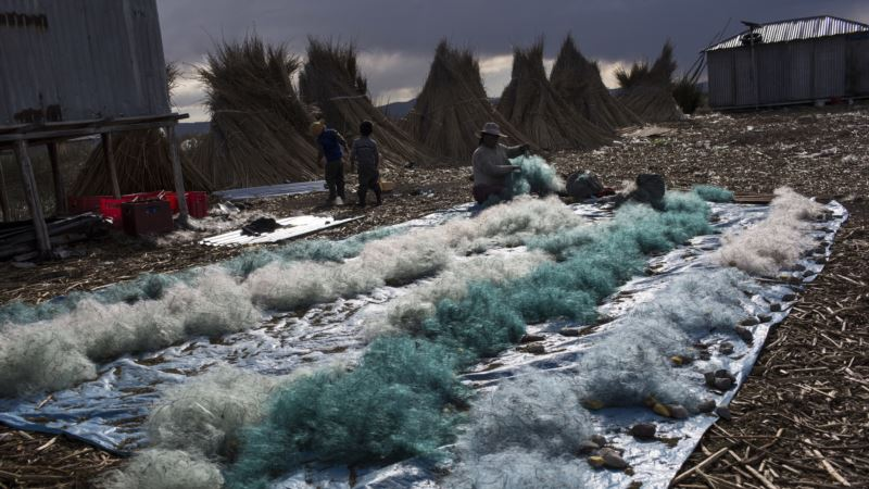 Lake Worshipped by Incas Now Littered With Trash