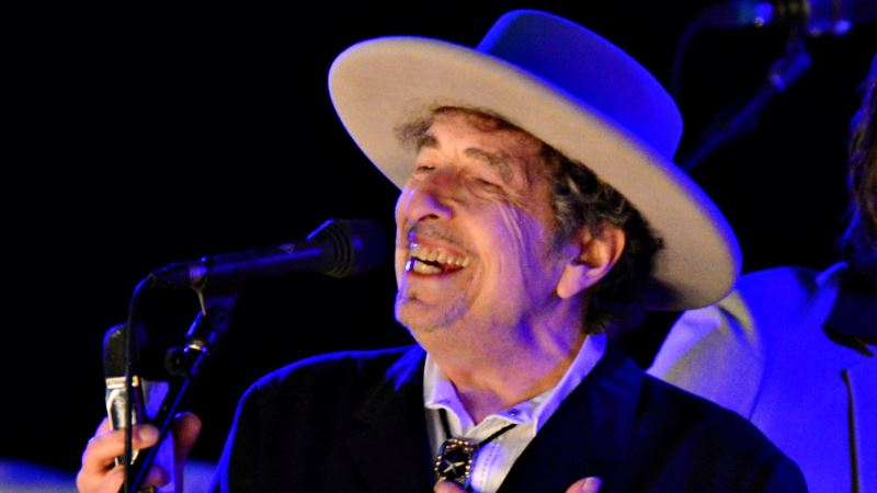 American Singer-songwriter Dylan Accepts Nobel Prize