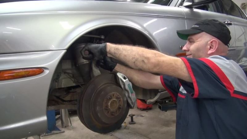 In a Town That Embraces Refugees, Auto Shop Business Flourishes