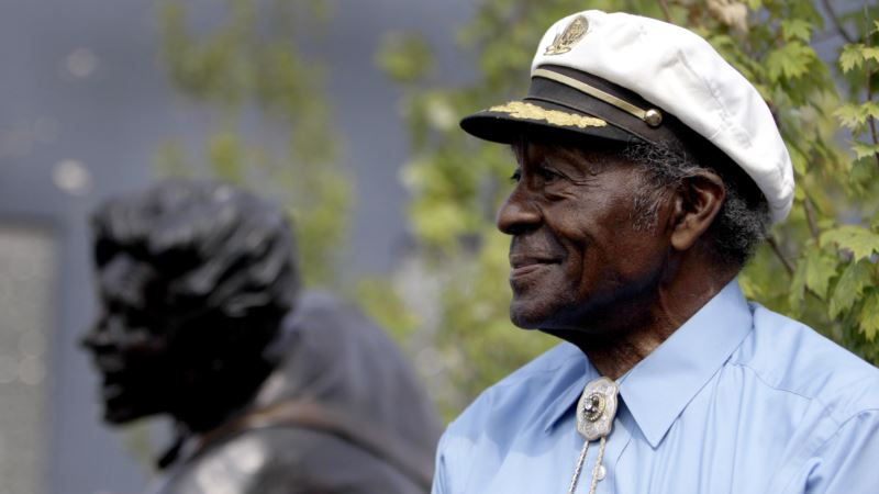 Chuck Berry Fans Say Farewell to Rock 'n ' Roll Legend