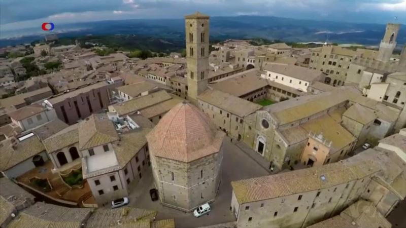 Recreating an Ancient Tuscan Town in 3-D Cyberspace