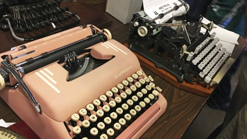 Vintage Typewriters Gain Fans Amid 'Digital Burnout'