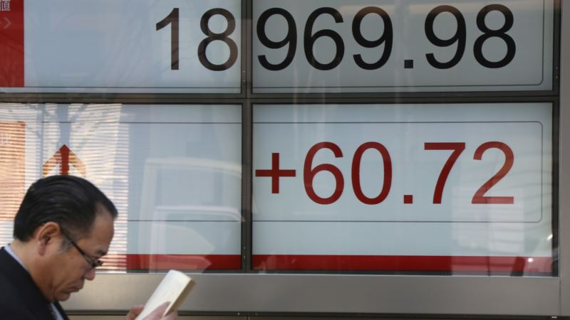 World Economy Seen Picking Up, But Political Uncertainty a Risk