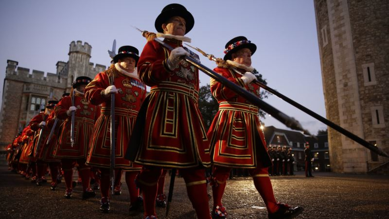 After the Tourists Leave, Beefeaters Lift a Quiet Pint
