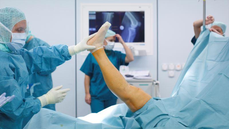 Robot Wars: Knee Surgery Marks New Battleground for Companies