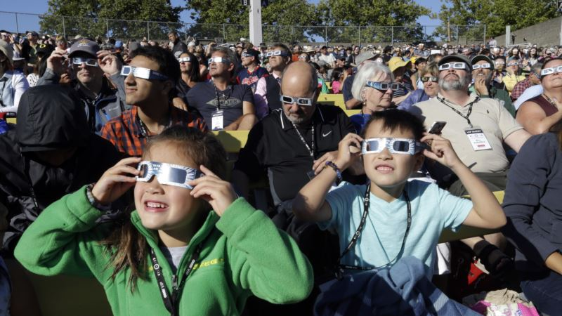 Moon Begins Blotting Out the Sun in Historic US Eclipse
