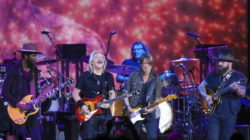 Guitarist Joe Walsh, Friends Stage VetsAid Concert