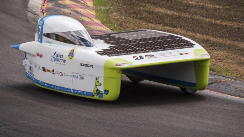 Teams Race Across Australia in World Solar Challenge