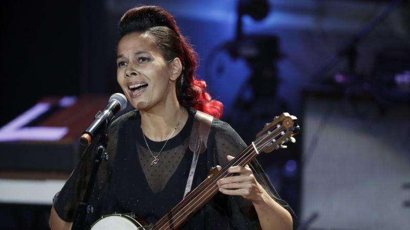 Singer, Fiddler Rhiannon Giddens Crosses Musical Divides