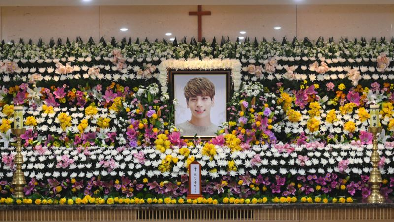 Fans Say Farewell to S. Korean Singer Who Died in Suspected Suicide